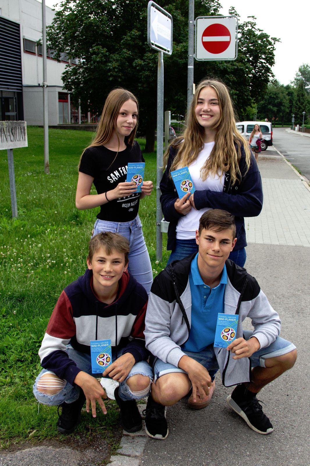 Schüler des Fürstenberg-Gymnasiums mit dem neuen WM-Planer