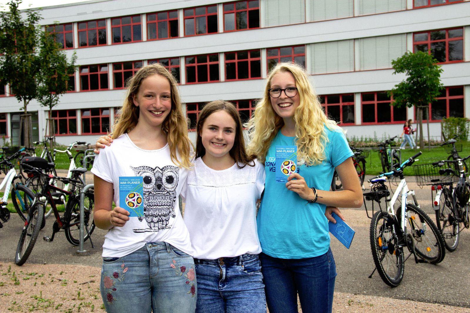 Donaubus-Team mit Schülerinnen vor dem Fürstenberg-Gymnasium