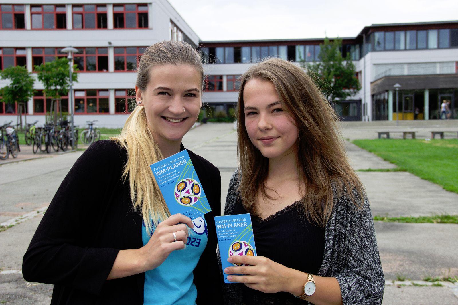 Donaubus-Team mit Schülerin vor dem Fürstenberg-Gymnasium