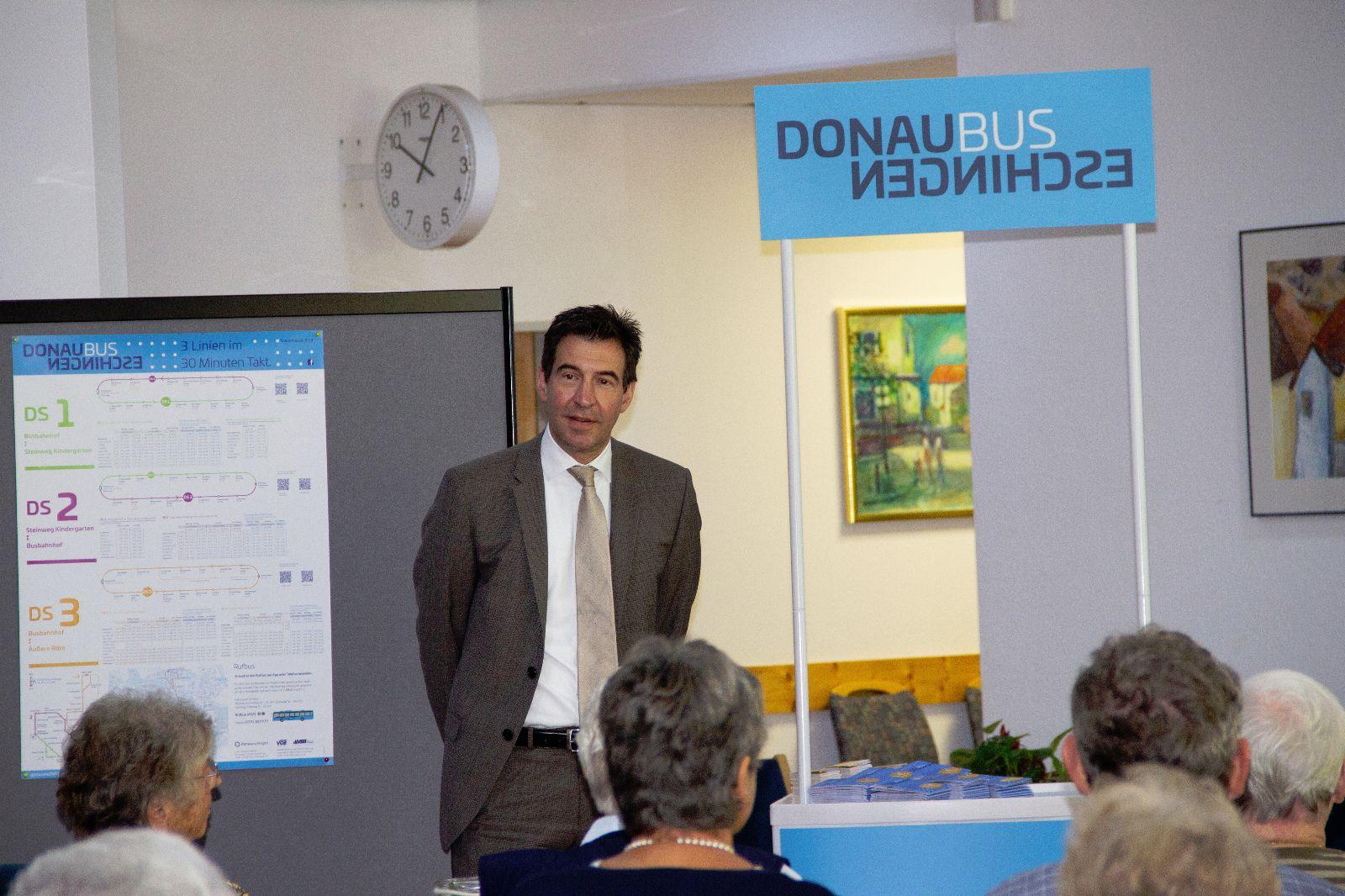 Oberbürgermeister Erik Pauly begrüßt die Teilnehmerinnen und Teilnehmer an der  Informationsveranstaltung im Seniorenheim Sankt Michael.