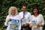 """Freuen sich über das gelungene Programmheft zur """"Donaueschinger Ferienwel 2019"""" von links: Bettina Miller, Oberbürgermeister Erik Pauly und Stephanie Ambacher."""