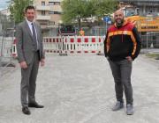 Oberbürgermeister Erik Pauly (links) und Gürel Celiktas vom städtischen Tiefbaumt, der die Bauleitung bei diesem Projekt übernommen hatte, freuen sich über die gute Abwicklung der Baustelle in der Karlstraße.