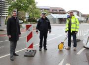 Oberbürgermeister Erik Pauly, Marktmeister Donato Roth und Dirk Monien, Amtsleiter Tiefbau (v.l.) an der Käferbrücke, die ab Dienstag, 25. Mai gesperrt wird.