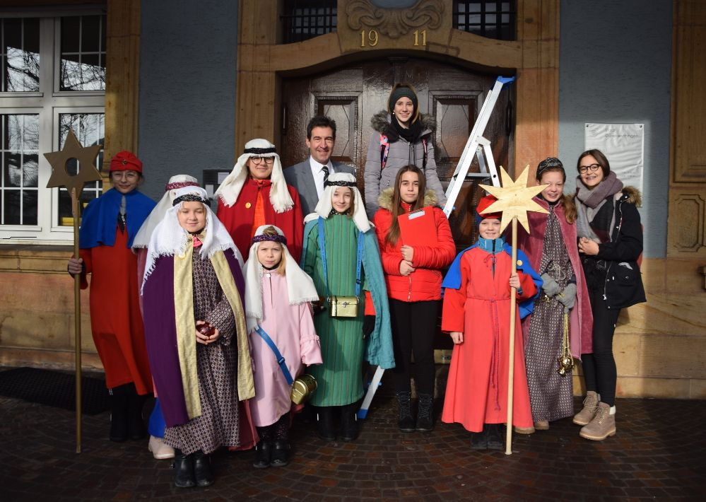 Die Sternsinger spenden dem Donaueschinger Rathaus ihren Segen