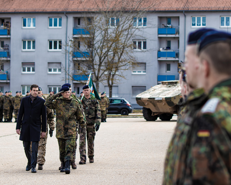 Oberbürgermeister Erik Pauly und Brigadegeneral Peter Mirow schreiten die Front der angetretenen Soldaten ab. Foto: Arnold