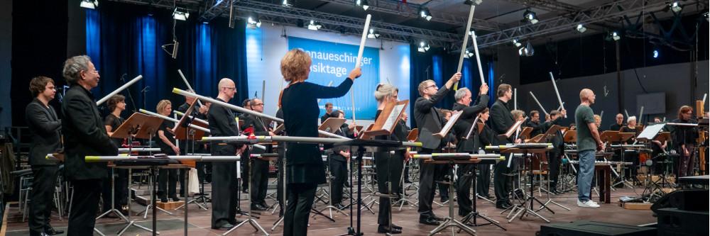 """SWR Symphonieorchester mit dem Werk """"Wächter"""" von Eva Reiter für Kontrabassflöten und Rohrorchester in der Baarsporthalle bei den Donaueschinger Musiktagen 2019"""
