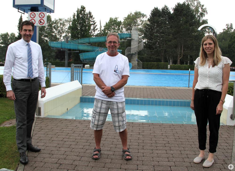 Oberbürgermeister Erik Pauly (v.l.), Klaus Götte (Betriebsleiter des Parkschwimmbads) und Stefanie Feger (Sachgebietsleiterin Vereinsförderung und Sport) freuen sich, dass das Parkschwimmbad am 1. Juli unter Auflagen öffnen kann.