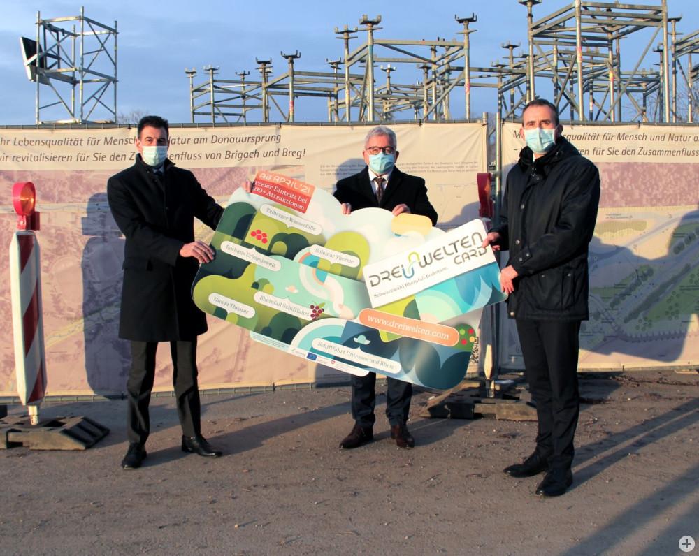 Oberbürgermeister Erik Pauly (v.l.), Minister Guido Wolf und Landrat Sven Hinterseh freuen sich über zwei Projekte, die große Chancen für den Tourismus in der Region bedeuten: Die Renaturierungsmaßnahme am Donauursprung und die DreiWeltenCard