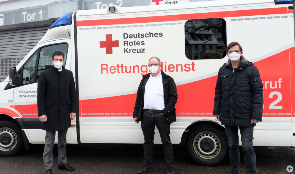 Oberbürgermeister Erik Pauly (v.l.), Tobias Rosenstiel (stellv. Geschäftsführer DRK Kreisverband Donaueschingen) und Thomas Gähme (Vorsitzender DRK Ortsverein Donaueschingen e.V.) haben die dauerhafte Corona-Schnelltestaktion in Donaueschingen ins Leben gerufen.