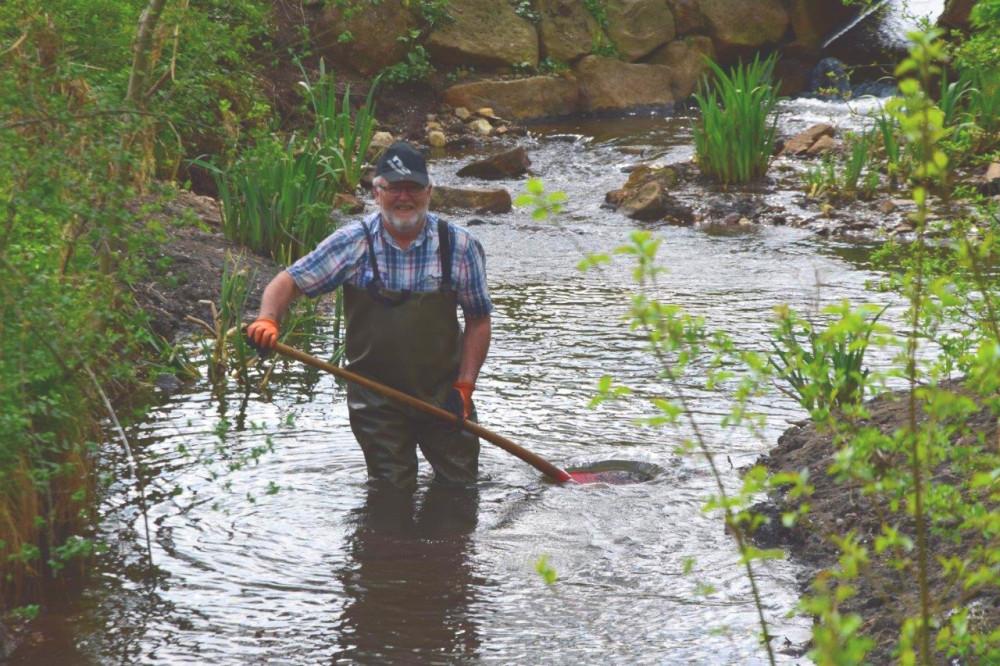 Andreas Wetzel bei der Arbeit im Bulzengraben. Bild: Anglervereinigung Donaueschingen-Pfohren