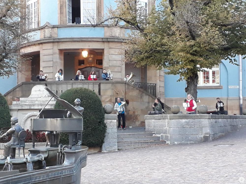 Abbildung: Die Stadtkapelle Donaueschingen bei einer Probe auf dem Rathausplatz, Bild: Beate Reichert-Klaus